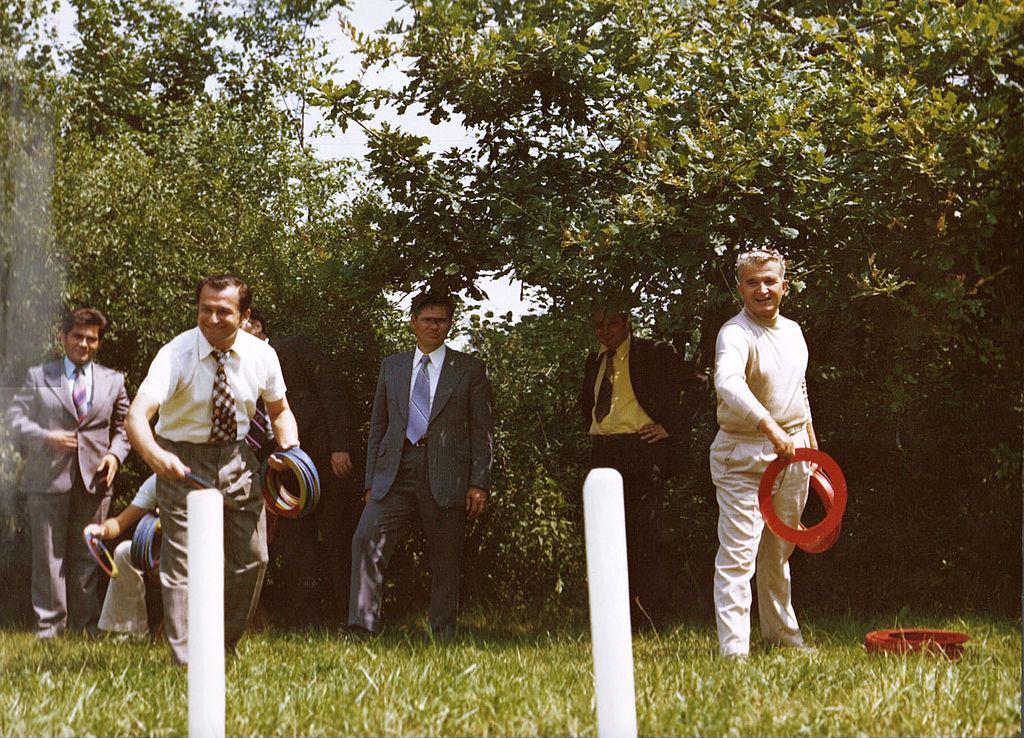 Ceaușescu și Iliescu, jucându-se cu cercurile, 1976, sursa Wikipedia