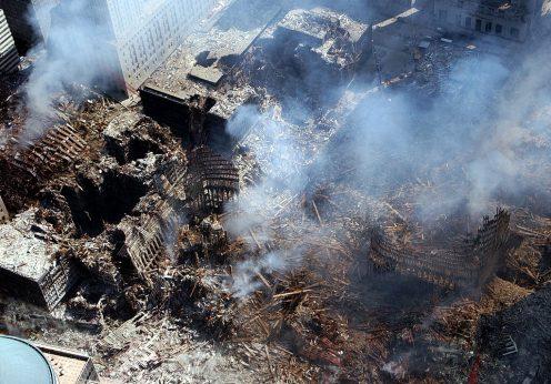 Rămășițele World Trade Center (The Pile). Foto de Mate Eric J. Tilford, U.S. Navy. Sursa Wikipedia.