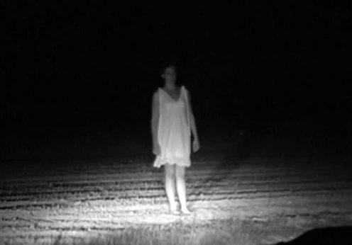 fantoma-in-noapte-pe-un-drum