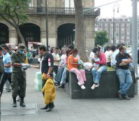 Autor Randal Sheppard. Sursa Army officer handing out facemasks in Mexico City, Wikipedia.