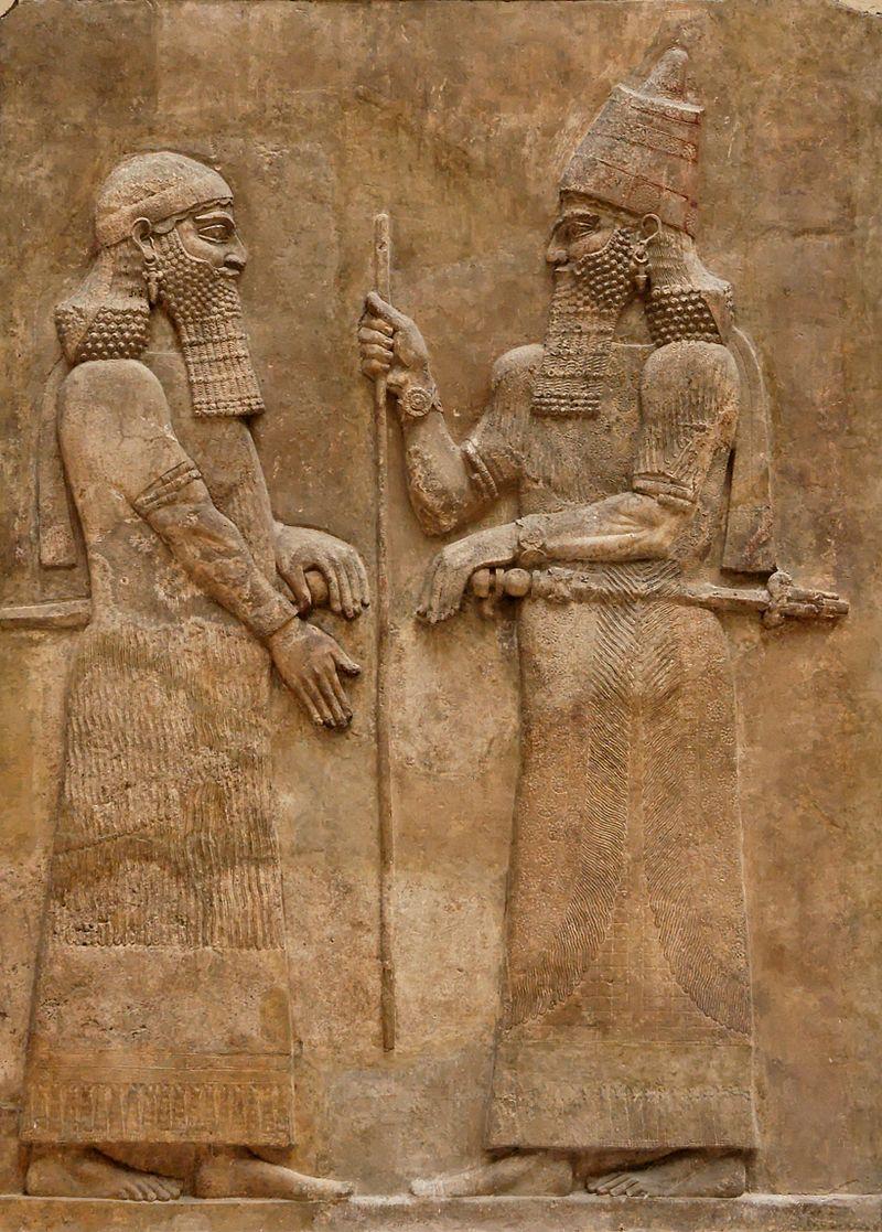 Sargon al II-lea cu un demnitar. Bazorelief de pe un perete din palatul lui Sargon al II-lea de la Dur Sharukin, în Asiria (azi Khorsabad, Irak). Muzeul Louvre, Paris. Sursă Jastrow, Wikipedia.