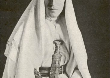 "Sursa Lowell Thomas. ""With Lawrence in Arabia"", Wikipedia."