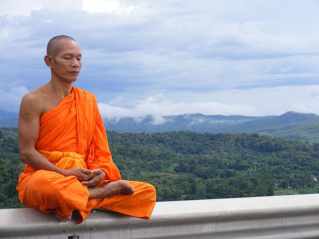 Un călugăr budist theravada din Myanmar meditând. Autor Tevaprapas, sursă Wikipedia.