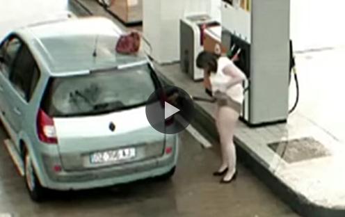 Ce fac oamenii în staţiile de alimentare cu benzină